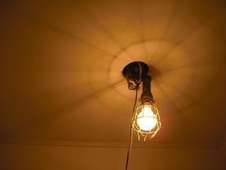 裸電球に簡単なフレーム